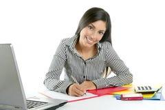 Mooie secretaresseonderneemster die op bureau schrijft Stock Afbeeldingen