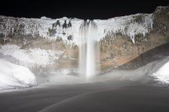 Mooie Seljalandsfoss op een koude de winternacht, de Waterval van IJsland, Europa onder de sterren royalty-vrije stock afbeelding