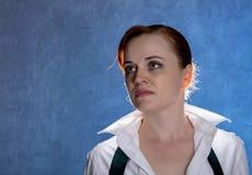 Mooie sensuele jonge vrouw in mannen ` s overhemd en band op een blauwe achtergrond Royalty-vrije Stock Foto's