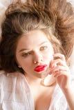 Mooie, sensuele verleidende donkerbruine jonge vrouw die met rode lippenstift het portret van de cameraclose-up bekijken Stock Afbeelding