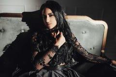 Mooie sensuele vrouw in de donkere ruimte Stock Foto