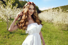 Mooie sensuele vrouw met lange rode haar en van de bloem hoofdband Royalty-vrije Stock Fotografie