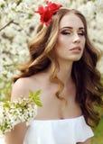 Mooie sensuele vrouw met lange rode haar en van de bloem hoofdband Royalty-vrije Stock Afbeeldingen