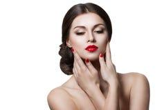 Mooie sensuele vrouw wat betreft haar gezicht Schoonheid en skincare concept Geïsoleerd over wit royalty-vrije stock afbeeldingen