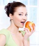 Mooie sensulityvrouw die appel eet royalty-vrije stock afbeeldingen