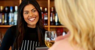 Mooie serveerster dienende wijn aan klant bij tegen4k stock videobeelden