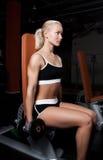 Mooie sexy atleet die zware domoren opheft Stock Fotografie