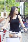 Mooie sexy Aziatische meisjes berijdende fiets Royalty-vrije Stock Afbeelding
