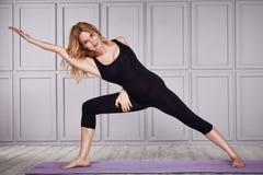 Mooie sexy blonde toevallige het comfortkleren van de vrouwenslijtage voor gymnastiek Stock Foto's