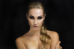 Mooie sexy blonde vrouw Donkere achtergrond Helder Smokey Eyes Royalty-vrije Stock Afbeelding
