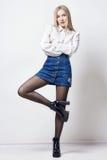 Mooie sexy blonde vrouw in overhemd en rok Meisje met perfecte lichaam stellende status Mooie lange haar en benen, vlotte schoon royalty-vrije stock fotografie