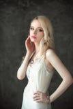 Mooie dame die in elegante witte lingerie huwelijkssluier dragen Portret van mannequinmeisje binnen De vrouw van het schoonh Stock Foto's