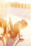 Mooie sexy de lichaamsbouw slanke atletisch van de blonde jonge vrouw Royalty-vrije Stock Foto's