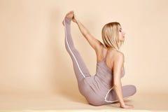 Mooie sexy de lichaamsbouw slanke atletisch van de blonde jonge vrouw Royalty-vrije Stock Afbeeldingen