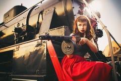 Mooie sexy donkerbruine retro vrouw met speld-omhooggaande kapsel en ma stock foto