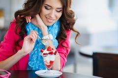 Mooie Sexy donkerbruine vrouw in Koffie Royalty-vrije Stock Fotografie