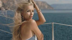 Mooie sexy jonge blondevrouw op een jacht Stock Foto