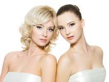Mooie sexy jonge volwassen vrouwen die op wit stellen Stock Afbeelding