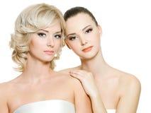 Mooie jonge volwassen vrouwen die op wit stellen Stock Afbeelding