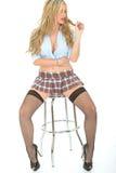 Mooie Sexy Jonge Vrouw die Kort Mini Skirt Blue Shirt dragen Stock Foto's