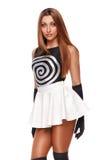 Mooie sexy jonge vrouw in een witte rok, zwarte handschoenen, zwarte t-shirt Het meisje van de manier Geïsoleerdj op witte achter stock foto's