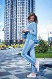 Mooie sexy meisjes bedrijfsvrouwengang in de straatstijl Royalty-vrije Stock Afbeelding