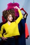 Mooie sexy modieuze vrouw met haar kleurrijke kleren Stock Afbeeldingen