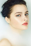 Mooie sexy vrouw in bad met het kosmetische lichaam van het melkkuuroord Royalty-vrije Stock Afbeelding