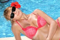 Mooie sexy vrouw in bikini bij de pool Stock Fotografie