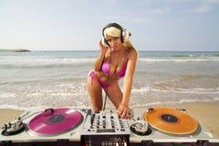 Mooie sexy vrouw DJ bij strand Stock Afbeelding