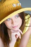 Mooie sexy vrouw in gele hoed Royalty-vrije Stock Foto's
