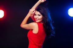 Mooie sexy vrouw in het rode dansen bij nachtclub stock fotografie