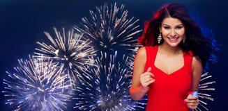 Mooie sexy vrouw in het rode dansen over vuurwerk Royalty-vrije Stock Afbeeldingen
