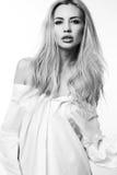 Mooie sexy vrouw met blond haar in wit overhemd Stock Foto