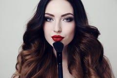Mooie sexy vrouw met donker haar en heldere make-up stock afbeeldingen