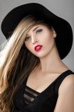 Mooie sexy vrouw met rode lippenstift in zwarte hoed Royalty-vrije Stock Afbeelding