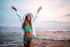 Mooie sexy vrouw op strand terwijl de zomervakantie royalty-vrije stock afbeeldingen