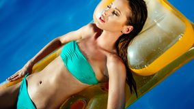 Mooie sexy vrouw in pool stock fotografie