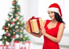 Mooie sexy vrouw in santahoed met giftdoos Royalty-vrije Stock Foto's