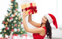 Mooie sexy vrouw in santahoed met giftdoos Royalty-vrije Stock Afbeeldingen