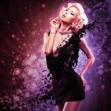 Mooie sexy vrouw in zwarte kleding Royalty-vrije Stock Foto's
