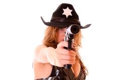 Mooie sheriffvrouw die met geïsoleerd kanon ontspruit Stock Afbeeldingen
