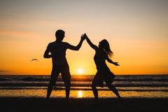 Mooie silhouetten van dansers bij zonsondergang stock foto's