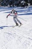 Mooie skiër die op de helling ski?t Stock Afbeeldingen