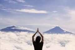 Mooie skyscape en vrouw op bergbovenkant Royalty-vrije Stock Afbeelding