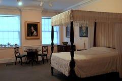 Mooie slaapkamer, met meubilair en portretten, het Museum van de Baksteenopslag, Kennebunk, Maine, 2016 royalty-vrije stock afbeeldingen