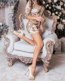 Mooie slanke benen van een vrouw in luxueuze Kerstmis inter stock foto's