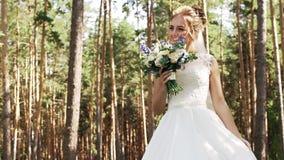 Mooie slanke jonge bruid in een elegante witte kleding stock footage
