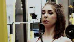 Mooie Slanke Jonge Vrouwelijke Geschiktheid ModelDoing trekkracht-UPS stock videobeelden