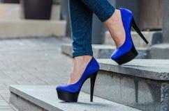 Mooie slanke vrouwelijke benen in strakke jeans en blauw fluweel hig Royalty-vrije Stock Fotografie